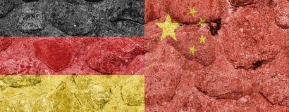 Bandiera della Cina e della Germania su una parete di pietra illustrazione di stock