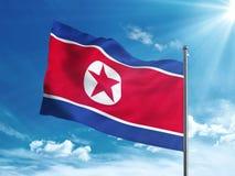 Bandiera della Corea del Nord che ondeggia nel cielo blu Immagine Stock