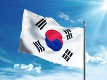 Bandiera della Corea del Sud che ondeggia nel cielo blu Immagini Stock