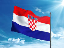 Bandiera della Croazia che ondeggia nel cielo blu Immagine Stock Libera da Diritti