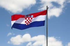 Bandiera della Croazia che ondeggia nel vento davanti al fondo del cielo Immagini Stock Libere da Diritti