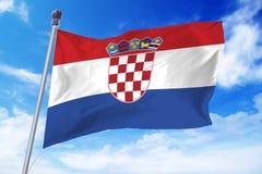 Bandiera della Croazia che si sviluppa contro un cielo blu Fotografie Stock Libere da Diritti