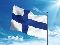 Bandiera della Finlandia che ondeggia nel cielo blu Fotografie Stock Libere da Diritti