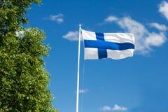 Bandiera della Finlandia sul fondo del cielo Fotografie Stock