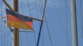 Bandiera della Germania sulla nave video d archivio