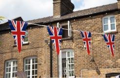 Bandiera della Gran Bretagna con la casa nel fondo Immagini Stock Libere da Diritti