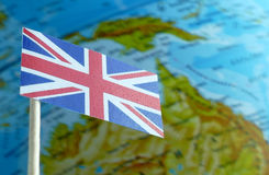 Bandiera della Gran Bretagna con una mappa del globo come fondo Fotografia Stock Libera da Diritti