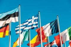 Bandiera della Grecia che ondeggia davanti al Parlamento Europeo Immagini Stock Libere da Diritti