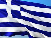 Bandiera della Grecia che ondeggia nel vento contro il cielo blu profondo Tessuto di alta qualit? fotografia stock