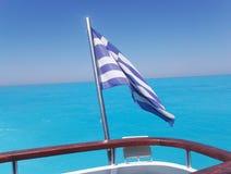 Bandiera della Grecia con il mare ionico blu cristal fotografia stock libera da diritti