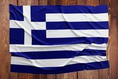 Bandiera della Grecia su un fondo di legno della tavola Vista superiore corrugata della bandiera greca fotografia stock libera da diritti