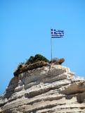 Bandiera della Grecia sulla scogliera al mare Fotografie Stock Libere da Diritti