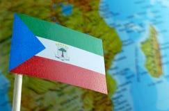 Bandiera della Guinea Equatoriale con una mappa del globo come fondo Fotografia Stock Libera da Diritti