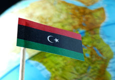 Bandiera della Libia con una mappa del globo come fondo Fotografie Stock Libere da Diritti