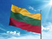 Bandiera della Lituania che ondeggia nel cielo blu Immagini Stock Libere da Diritti