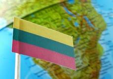 Bandiera della Lituania con una mappa del globo come fondo Immagine Stock Libera da Diritti