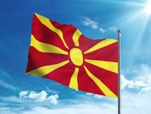 Bandiera della Macedonia che ondeggia nel cielo blu Fotografia Stock