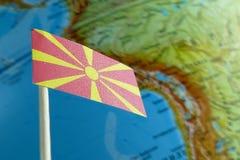Bandiera della Macedonia con una mappa del globo come fondo Fotografia Stock