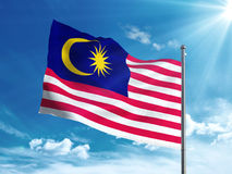 Bandiera della Malesia che ondeggia nel cielo blu Fotografie Stock Libere da Diritti