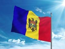 Bandiera della Moldavia che ondeggia nel cielo blu Fotografia Stock