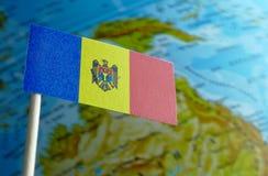 Bandiera della Moldavia con una mappa del globo come fondo Immagine Stock Libera da Diritti