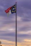 Bandiera della Nord Carolina con il tramonto porpora Fotografia Stock