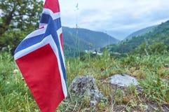 Bandiera della Norvegia contro le montagne Fotografia Stock Libera da Diritti