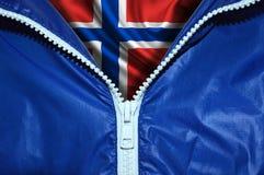 Bandiera della Norvegia sotto la chiusura lampo non imballata fotografia stock