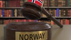 Bandiera della Norvegia sul martelletto di caduta dei giudici in tribunale La giustizia o la giurisdizione nazionale ha collegato royalty illustrazione gratis