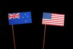 Bandiera della Nuova Zelanda con la bandiera di U.S.A. sul nero fotografia stock libera da diritti