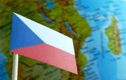 Bandiera della repubblica Ceca con una mappa del globo come fondo Fotografia Stock