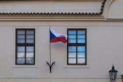 Bandiera della repubblica Ceca sulla parte anteriore di una costruzione Immagini Stock