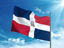 Bandiera della Repubblica dominicana che ondeggia nel cielo blu Fotografia Stock Libera da Diritti