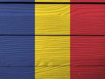 Bandiera della Romania sul fondo di legno della parete Struttura rumena della bandiera di lerciume fotografia stock