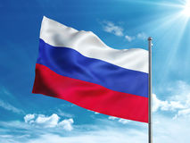 Bandiera della Russia che ondeggia nel cielo blu Fotografie Stock Libere da Diritti