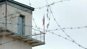 Bandiera della Russia del filo spinato del posto di frontiera della prigione stock footage