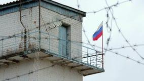 Bandiera della Russia del filo spinato del posto di frontiera della prigione archivi video