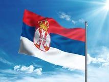 Bandiera della Serbia che ondeggia nel cielo blu Fotografie Stock Libere da Diritti