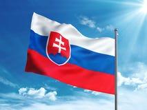 Bandiera della Slovacchia che ondeggia nel cielo blu Fotografie Stock Libere da Diritti