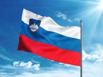 Bandiera della Slovenia che ondeggia nel cielo blu Fotografie Stock