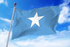 Bandiera della Somalia che si sviluppa contro un cielo blu Fotografie Stock Libere da Diritti