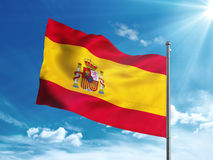 Bandiera della Spagna che ondeggia nel cielo blu Fotografie Stock