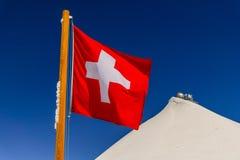 Bandiera della Svizzera ed osservatorio della Sfinge in cima a jungfraujoch Immagini Stock
