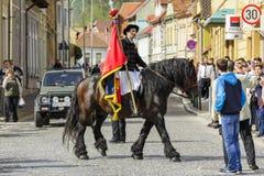 Bandiera della tenuta del cavallerizzo durante la parata di Brasov Juni Fotografia Stock Libera da Diritti
