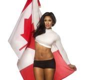 Bandiera della tenuta della giovane donna del Canada Fotografia Stock