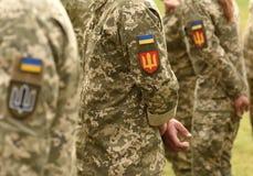 Bandiera della toppa dell'Ucraina sull'uniforme dell'esercito Uniforme militare dell'Ucraina Il Regno Unito fotografie stock libere da diritti