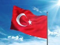 Bandiera della Turchia che ondeggia nel cielo blu Fotografia Stock