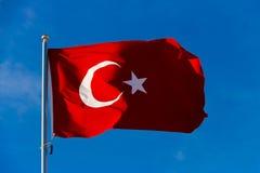 Bandiera della Turchia sull'asta della bandiera che ondeggia nel vento contro il cielo blu Immagine Stock Libera da Diritti