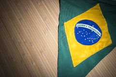 Bandiera dello stendardo del Brasile su sfondo naturale rustico Immagini Stock Libere da Diritti
