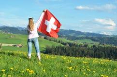 Bandiera dello svizzero della tenuta della ragazza Fotografie Stock Libere da Diritti